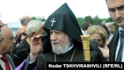 Наблюдатели выражают надежду, что Гарегину Второму удастся достичь согласия в вопросе статуса армянской епархии в Грузии, а также обсудить проблему возвращения в управление Армянской епархии шести спорных церквей