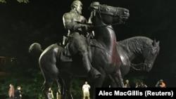 Демонтаж памятника генералу Ли в Балтиморе (штат Мэриленд)