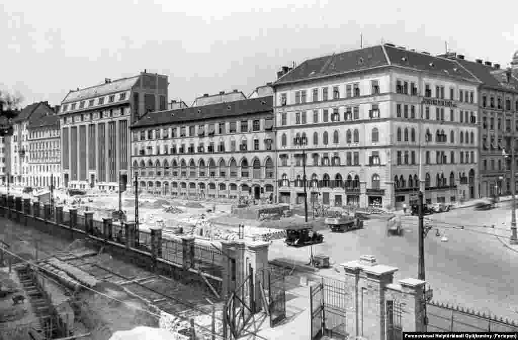1930: Roadworks under way on Kozraktar Street, along the riverbank of the Danube in southern Budapest.