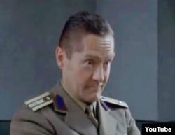 """Udo Schenk în rolul mr. Blau (captare video - filmul lui Radu Gabrea, """"Mănuşi roşii"""", 2010)"""
