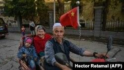 Familie de uyghuri din regiunea Xinjiang, din China, septembrie 2019.