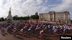 Старый и новый Лондон. Велогонка проходит по шоссе около Букингемского дворца. Олимпийские игры, 28 июля 2012. Архивное фото