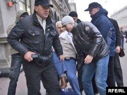 Затрыманьне падчас акцыі з нагоды Міжнароднага дня правоў чалавека 10 сьнежня 2008 году.