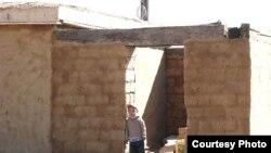 Мальчик стоит на пороге здания. Недалеко от Атырау. (Иллюстративное фото.)