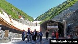 Жээнбеков инспектирует ход строительства альтернативной трассы Север-Юг, фото пресс-службы правительства КР.