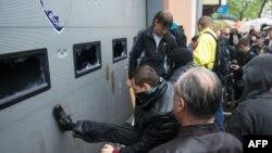Ресейшіл белсенділер 2 мамырда ұсталғандарды босатуды талап етіп тұр. Одесса, 4 мамыр 2014 жыл.