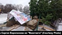 Новогодняя ель в Вологде, которая упала из-за сильного ветра