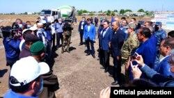 Главы правительств Узбекистана и Казахстана на встрече с жителями Мактааральского района Туркестанской области РК.