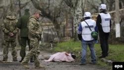 Спостерігачі ОБСЄ і вбитий унаслідок обстрілу сепаратистів боєць добровольчого полку Національної гвардії «Азов», Широкине, фото 18 квітня 2015 року