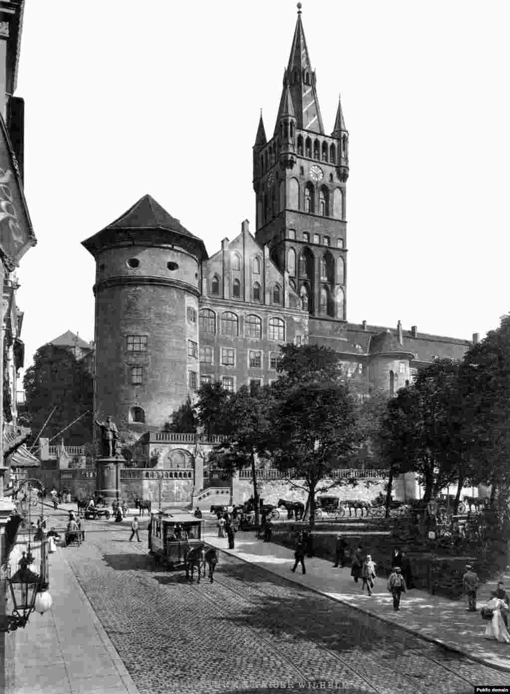 Опитът руското съкровище да бъде скрито е разкрит бързо и стаята е заграбена от нацисти, които го пренесят в Кьонигсберг, днешният Калининград. Тогава това е германски регион. Те го оставят за съхранение в градския замък (на снимката).
