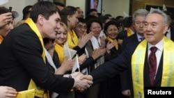 Қазақстан президенті Нұрсұлтан Назарбаев (оң жақта) сайлау штабында. Астана, 4 сәуір 2011 жыл