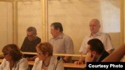 Оппозиционные деятели Акжанат Аминов, Серик Сапаргали и Владимир Козлов на скамье подсудимых. Фото с сайта Lada.kz. Актау, 16 августа 2012 года.