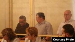 Солдан оңға қарай: айыпталушылар Ақжанат Әминов, Серік Сапарғали, Владимир Козлов. Ақтау, 16 тамыз 2012 жыл. Сурет Twitter желісіне Lada.kz жүктеген жерден алынды.