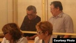 Подсудимые Акжанат Аминов (слева) и Серик Сапаргали в первый день суда. Актау, 16 августа 2012 года.