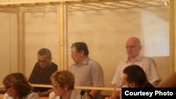 Подсудимые оппозиционеры Акжанат Аминов (слева), Серик Сапаргали (в центре), Владимир Козлов (справа). Актау, 16 августа 2012 года.