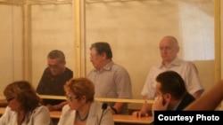Солдан оңға қарай: айыпталушылар Ақжанат Әминов, Серік Сапарғали, Владимир Козлов. Ақтау, 16 тамыз 2012 жыл.