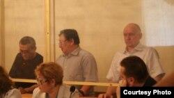 Екінші қатарда солдан оңға қарай: айыпталушылар Ақжанат Әминов, Серік Сапарғали, Владимир Козлов. Ақтау, 16 тамыз 2012 жыл. Сурет Twitter желісіне Lada.kz жүктеген жерден алынды.