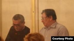 Солдан оңға қарай: айыпталушылар Ақжанат Әминов пен Серік Сапарғали. Ақтау, 16 тамыз 2012 жыл. Сурет Twitter желісіне Lada.kz жүктеген жерден алынды.