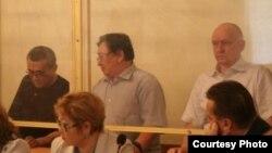 Екінші қатарда солдан оңға қарай: айыпталушылар Ақжанат Әминов, Серік Сапарғали, Владимир Козлов. Ақтау, 16 тамыз 2012 жыл.