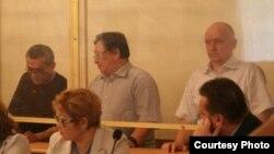 Екінші қатарда солдан оңға қарай: айыпталушылар Ақжанат Әминов, Серік Сапарғали, Владимир Козлов. Ақтау, 16 тамыз 2012 жыл. (Сурет Lada.kz сайтына тиесілі)