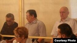 Екінші қатарда солдан оңға қарай: айыпталушылар Ақжанат Әминов, Серік Сапарғали, Владимир Козлов. Ақтау, 16 тамыз 2012 жыл. Көрнекі сурет.
