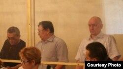 Слева направо: Акжанат Аминов, Серик Сапаргали и Владимир Козлов в суде после Жанаозенских событий. Актау, 16 августа 2012 года.
