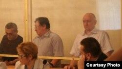 Слева направо: гражданский активист Акжанат Аминов, оппозиционные политики Серик Сапаргали и Владимир Козлов. Первый день суда в Актау, 16 августа 2012 года.