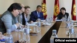 Члены ЦИК с международными наблюдателями.
