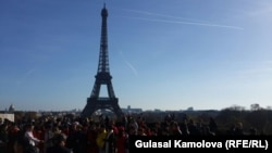 نمایی از برج ایفل در پاریس، ساعاتی پس از حملات جمعه شب. فرانسه در حال حاضر در وضعیت اضطراری قرار دارد