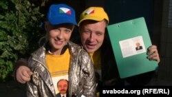 Зборшчыкі подпісаў Вольга і Андрэй