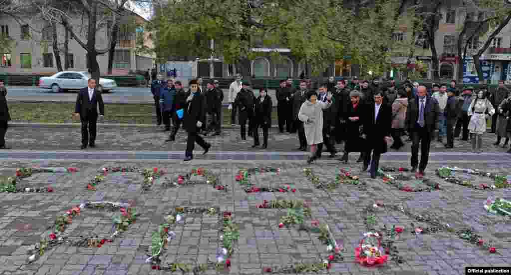 """Ноябрь. Кыргызские блоггеры организовали акцию """"Розы для Розы"""" в знак благодарности президенту переходного периода Розе Отунбаевой перед президентским дворцом за управление страной в сложный период."""