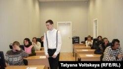 Рус тилидан имтиҳон топшириш учун келган меҳнат муҳожирлари Санкт-Петербургдаги тест марказида.