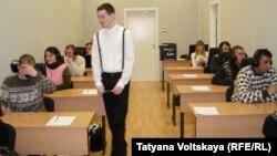 Ресейдің Санкт-Петербург қаласында орыс тілінен емтихан тапсырып отырған еңбек мигранттары.