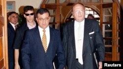 شمی تزور (سمت چپ) سفير تل آويو در عشق آباد
