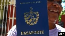Кубинка с новым заграничным паспортом. Этот документ получают далеко не все