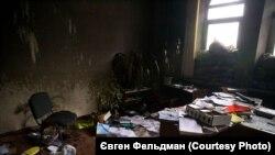 Усередині будівлі СБУ у Слов'янську 7 липня 2014 року, через два дні після того, як російський полковник Ігор Гіркін («Стрєлков») з бойовиками російських гібридних сил покинули місто, залишивши після себе документи «трибуналу»
