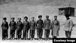 Бакир Атабаев (оңдо) аскердик машыгуу өткөрүп жаткан учур, Мургаб, 1940-жылдардын этеги