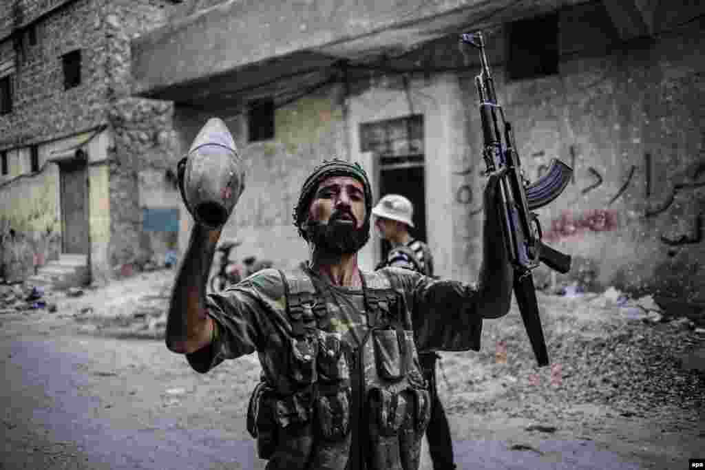За даними The New York Times, на виручені гроші йорданські військові нібито купували позашляховики, смартфони і предмети розкоші. Поліція вважає ймовірним, що перепродану зброю використовували в нападі на тренувальний табір поліції в Аммані: там загинули двоє американських інструкторів На фото – боєць Вільної сирійської армії з артилерійським снарядом і зброєю в руках у місті Алеппо. Жовтень 2012