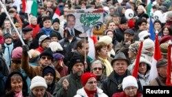 Protestatari în centrul Budapestei, la 17 martie, la o demonstrație antiguvernamentală