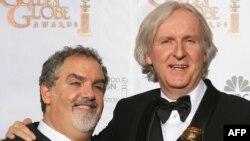 Джеймс Камерон (справа) и продюсер Йон Ландау после вручения кинопремии Golden Globe Awards за фильм «Аватар», январь 2010 г.