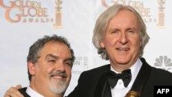 Jon Landau (solda) və James Cameron