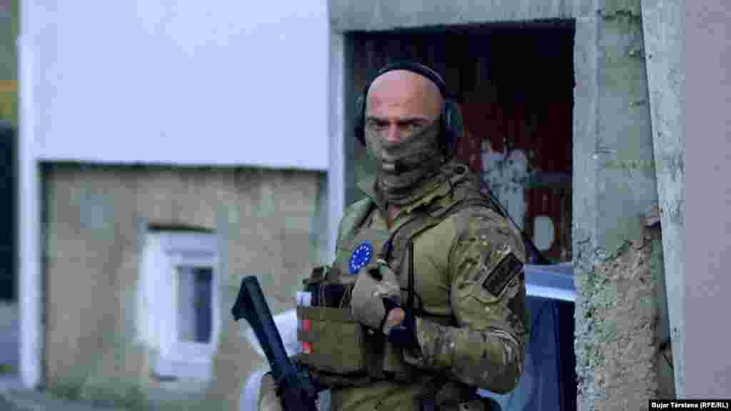 КОСОВО - Поранешниот претседател на Собранието на Косово и некогашен портпарол на Ослободителната војска на Косово (ОВК), Јакуп Красниќи, денеска треба да биде спроведен во притворското одделение на Специјалното обвинителство на Меѓународниот суд за воени злосторства во Косово, чие седиште е во Хаг, информира адвокатот на Красниќи, Ваљон Хасани.