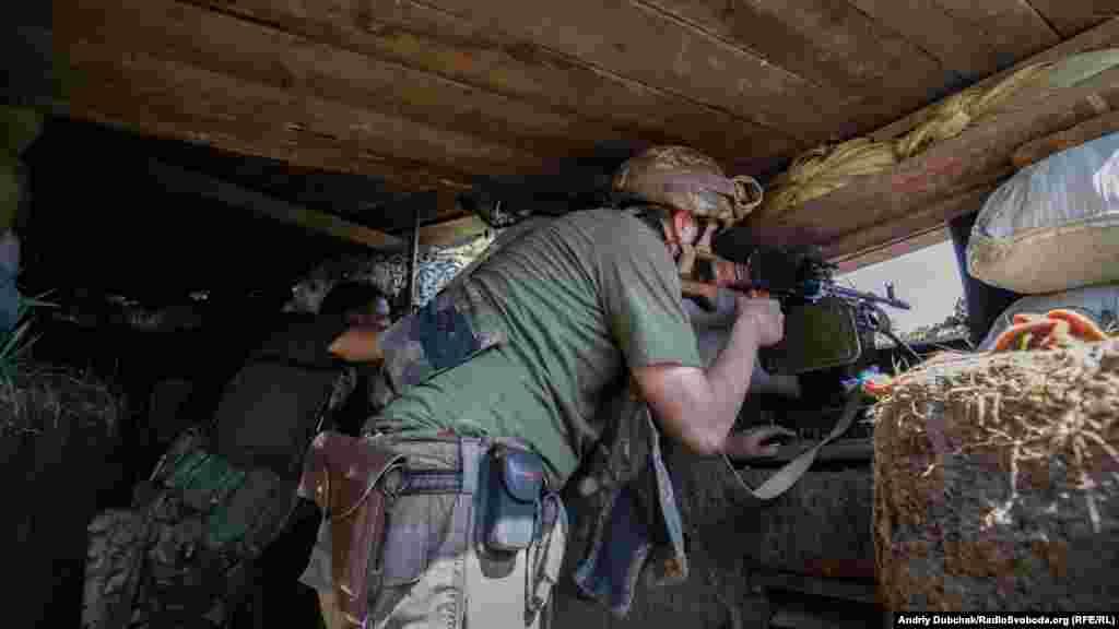 После полудня со стороны Горловки прозвучало несколько выстрелов. Военные засуетились. «Передай по рации, что в нашу сторону работал снайпер», – докладівает «Борода», он – командир на одной из позиций. Выходим на позиции, начинается бой