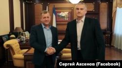 Олег Зубков и Сергей Аксенов пожали друг другу руки | Крымское фото дня
