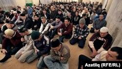 Молитвы в праздник Курбан-Байрам в Казани, 25 октября 2012