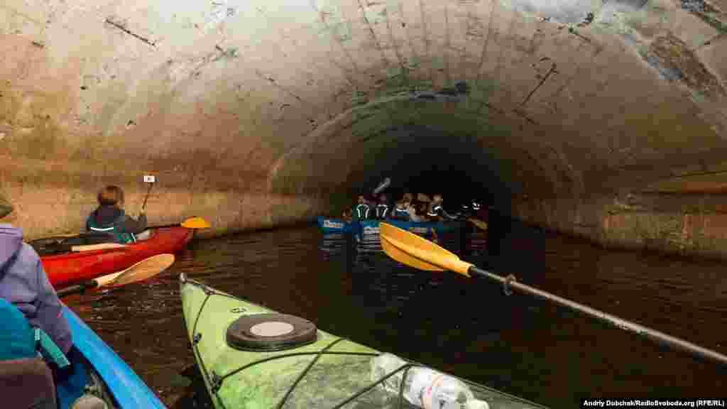 В самом начале тоннеля потолок приблизительно на уровне пяти метров, но уже через сто метров от входа до потолка можно дотянуться рукой, а далее тоннель полностью уходит под воду и переходит в участок под руслом реки длиной около 500 метров.