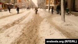 Пешаходная вуліца Ленінская. Ісьці па ёй трэба вытаптанымі ў сьнезе сьцежкамі