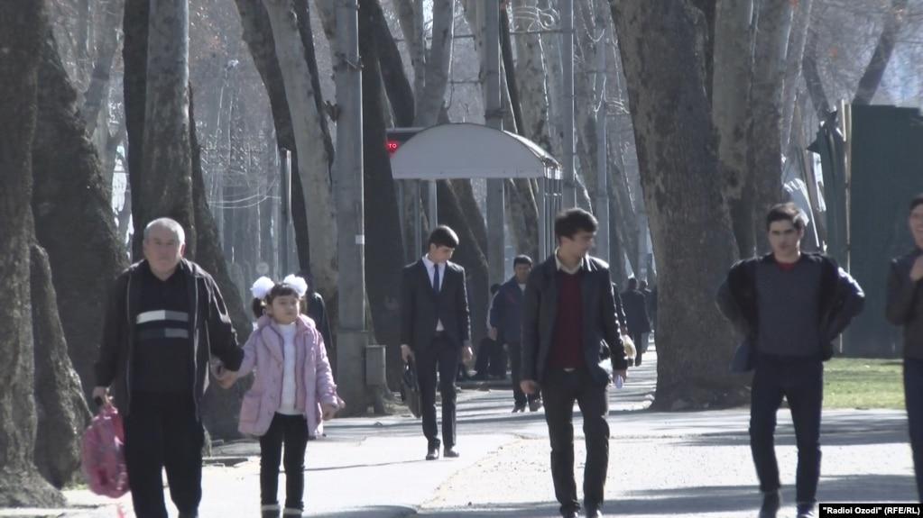 Душанбе көшесіндегі адамдар. (Көрнекі сурет)