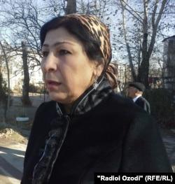 Назокат Алимова, яке аз занҳои эътирозгар дар нишасти матбуотии Зоиров.