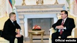 Вице-премьер Узбекистана Рустам Азимов (слева) с президентом Таджикистана Эмомали Рахмоном.